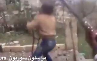Ελεύθερος σκοπευτής του Συριακού στρατού «ξαπλώνει» τζιχαντιστή τρομοκράτη! ΠΡΟΣΟΧΗ ΣΚΛΗΡΟ ΒΙΝΤΕΟ!