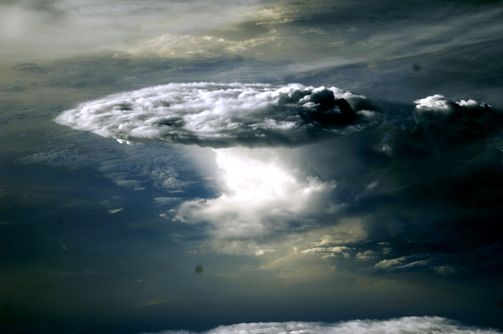 http://3.bp.blogspot.com/-ScdO1AE0Z4M/TgUBVo6oVJI/AAAAAAAAAi8/9k4RSIo8sLw/s1600/moon_cloud_b_03.JPG