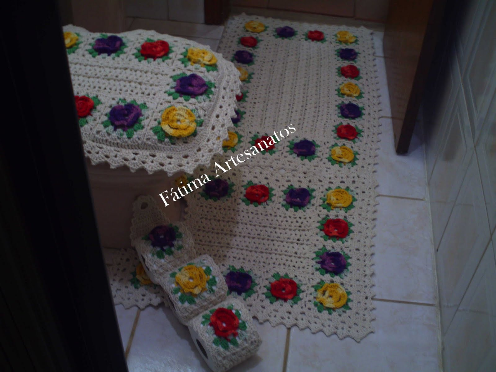 jogo de banheiro com barbante cru nº6 e as flores coloridas fiz com o  #633625 1600 1200