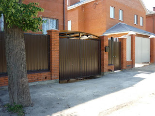 Забор из профлиста с кирпичными столбами. Фото 31
