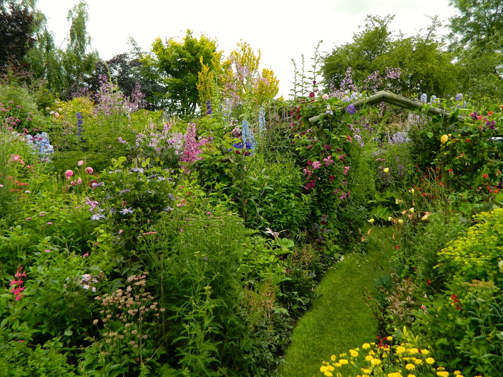 English cottage garden ideas - Come With Me On A Walk Through A Traditional Cottage Garden In England I Took These Photographs Last Summer When I Visited Grafton Cottage
