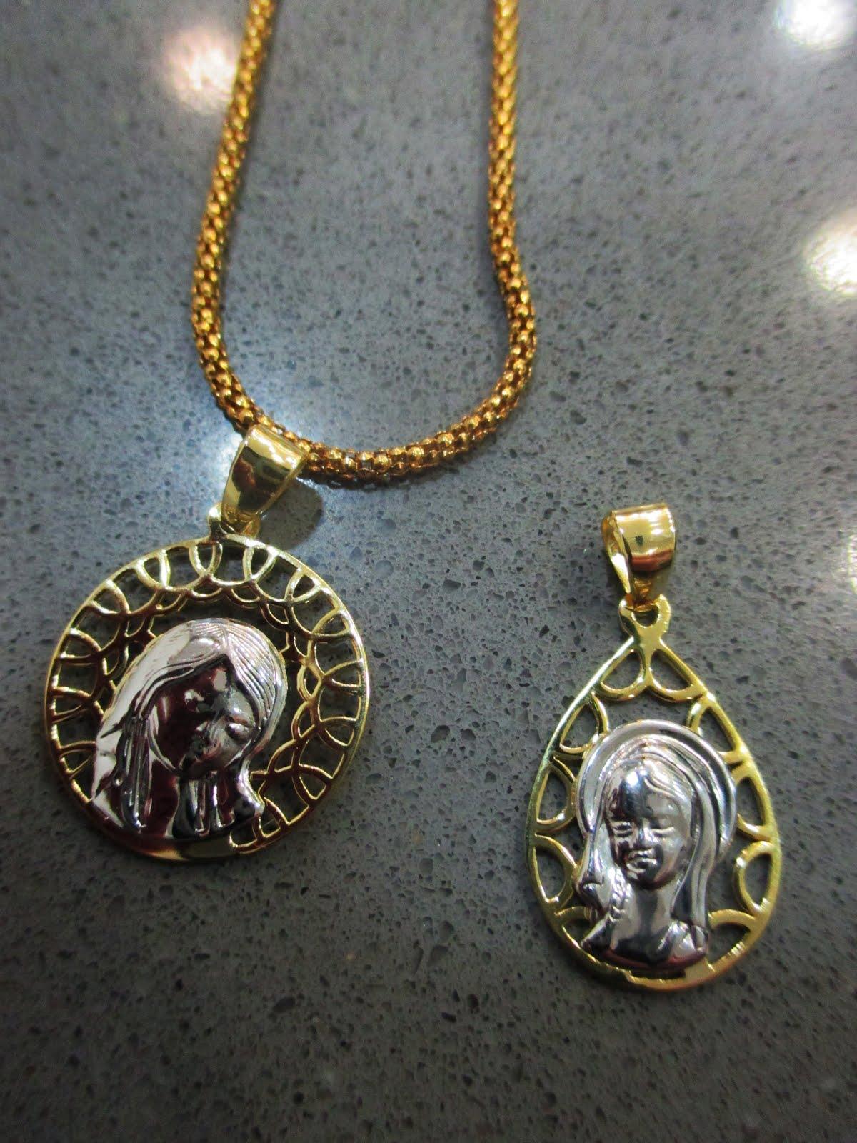 Medallas de plata dorada y blanca con la Virgen Niña