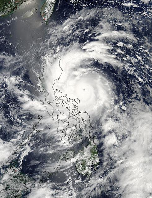 Thiết bị MODIS trên vệ tinh Aqua của NASA đã chụp bức hình trên đây trước khi siêu bão đổ bộ vào đảo quốc Phi Luật Tân vào ngày 11/8 lúc 5 giờ 15 phút sáng (giờ UTC) tức là 12 giờ 15 phút trưa (giờ Việt Nam). Mắt bão đang nằm về hướng đông của miền trung nước này. Credit : Đội Phản ứng nhanh NASA Goddard MODIS.