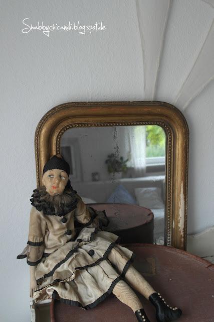 meine Schätze vom Flohmarkt. Puppe Spiegel und Hutschachtel.