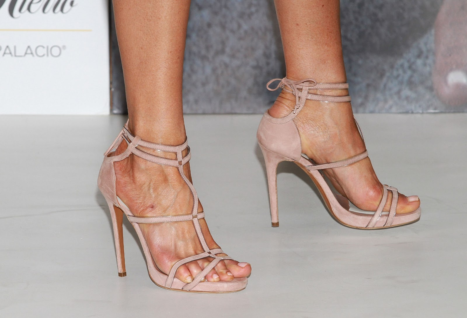 Celebrity feet jennifer aniston - Jennifer aniston barefoot ...