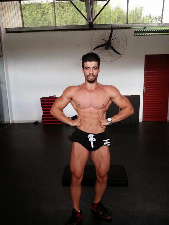 O fisiculturista Alesson Lopes se prepara para participar do Campeonato Minerão 2015 da FMBB. Foto: Arquivo pessoal