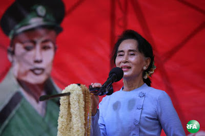 အမ်ိဳးသားဒီမိုကေရစီအဖြဲ႔ခ်ဳပ္ ဥကၠဌ ေဒၚေအာင္ဆန္းစုၾကည္ကို ေမလ ၁၇ ရက္ေန႔က မြန္ျပည္နယ္၊ သံျဖဴဇရပ္ခရီးစဥ္တြင္ ေတြ႔ရစဥ္။ Photo: Kyaw Zaw Win/ RFA