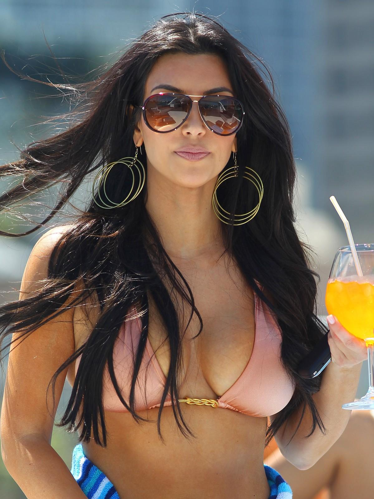 http://3.bp.blogspot.com/-SejrkM5bWZI/UFJTM3TgTzI/AAAAAAAAGo4/xvY7xE7lglQ/s1600/1_kim-kardashian-bikini-1-03.jpg