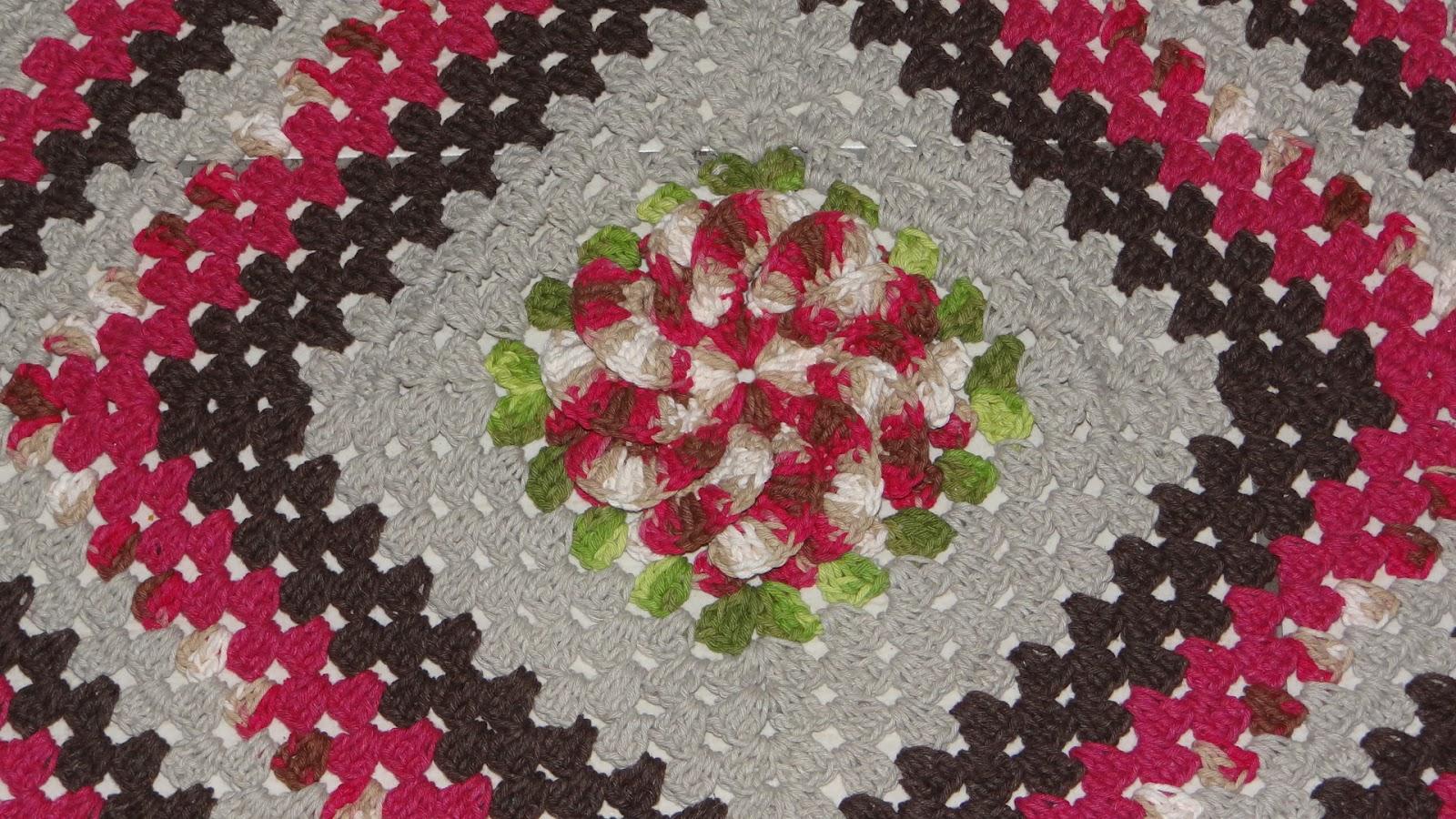 Mais um tapete losango feito com barbante barroco, barbante pink