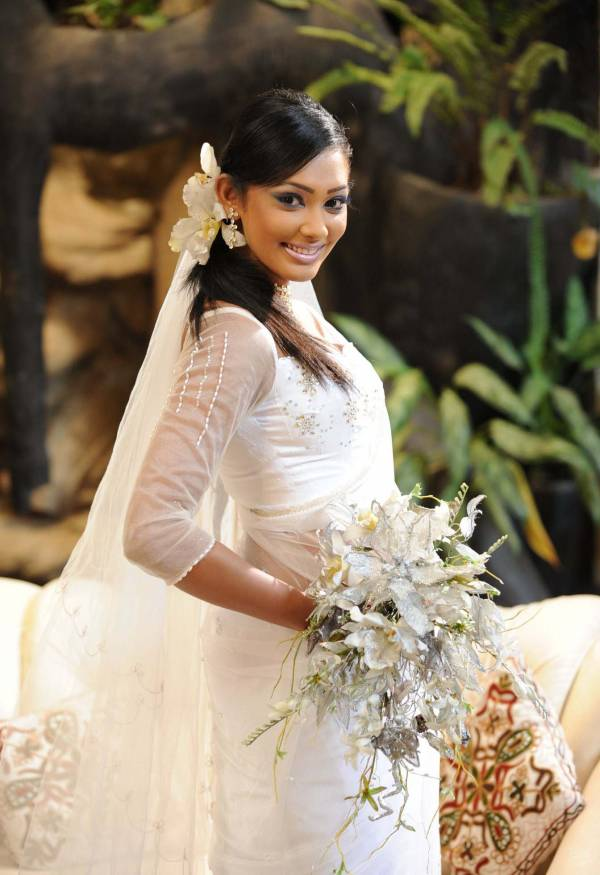 yureni noshika cute in sri lankan country bridal dress