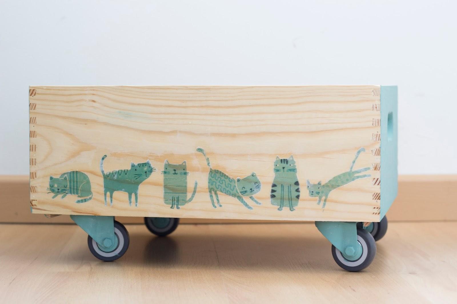 De puntadas y otros enredos caja con ruedas for Cajas plasticas con ruedas
