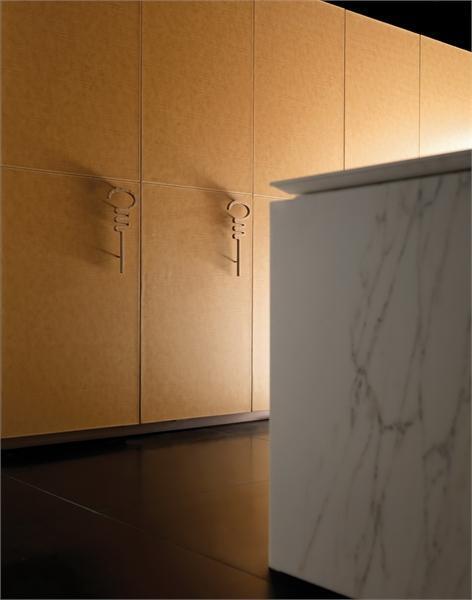 Дверцы кухонного гарнитура отделанного кожей. Модель Progetto50 от фабрики Toncelli.