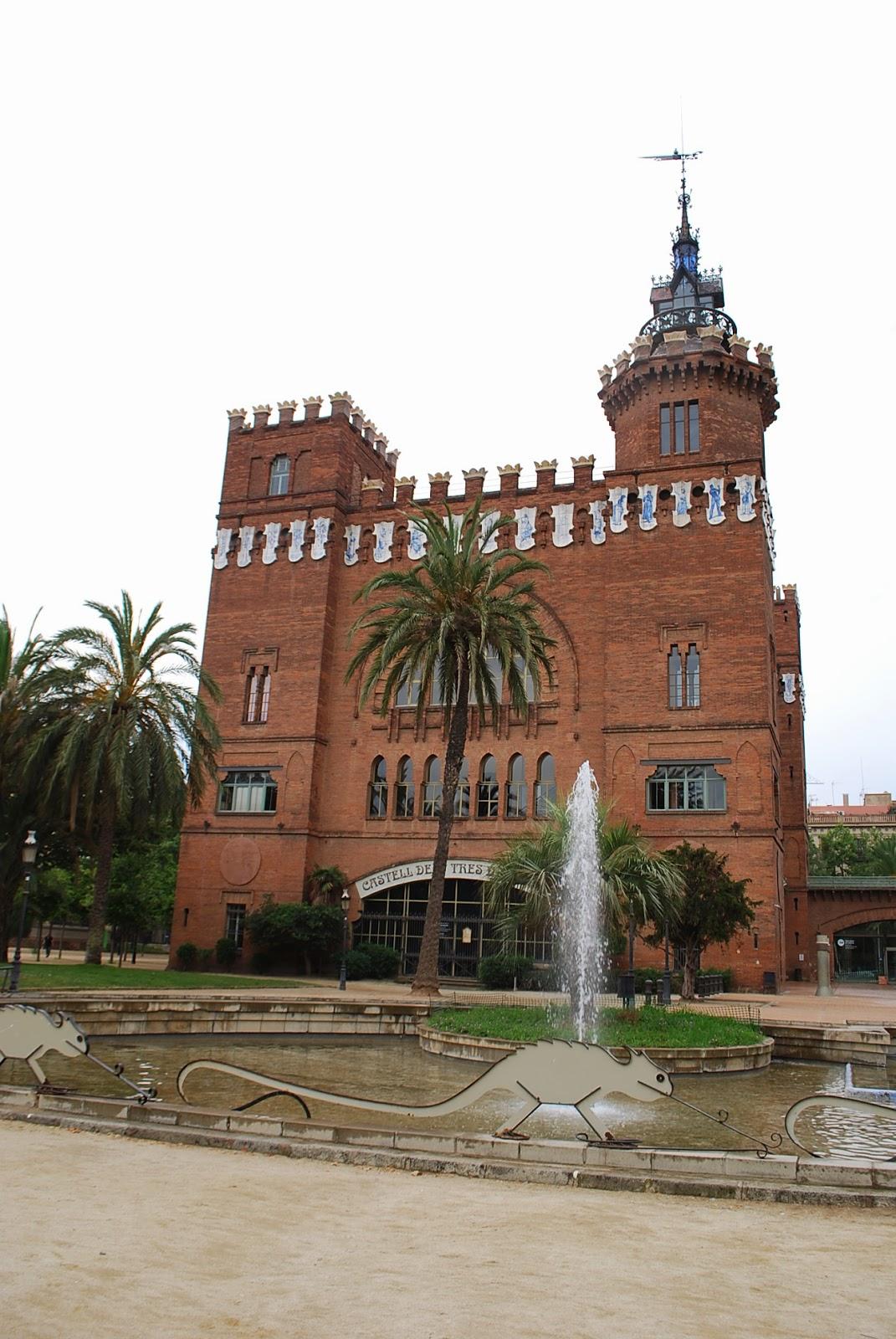 """Зоологический музей, бывший ресторан или замок """"трех драконов"""". Парк Цитадели (Сьютаделья, Ciutadella), Барселона, Каталония, Испания. Zoological Museum in Parc de la Ciutadella, Barcelona, Catalonia, Spain"""