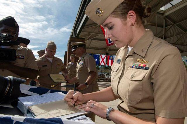 """Armada teniente jg Marquette Leveque, de 25 años, encontró un """"entorno de trabajo profesional"""" como una de las primeras mujeres oficiales para entrenar en subs guided- y de misiles balísticos. (Foto US Navy)"""
