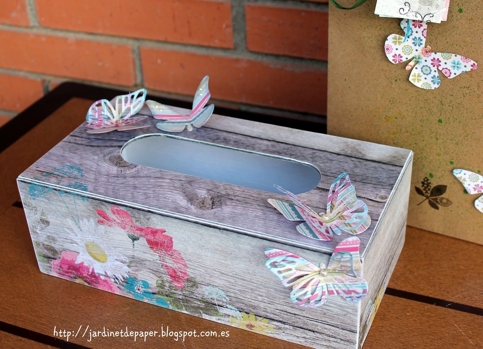 Jardinet de paper scrapbooking caja de cleenex decorada - Cajas forradas de papel ...