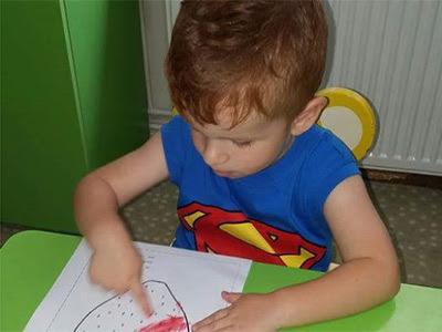 Bir Annenin Blogu - Yuvada parmak boya yapıyor