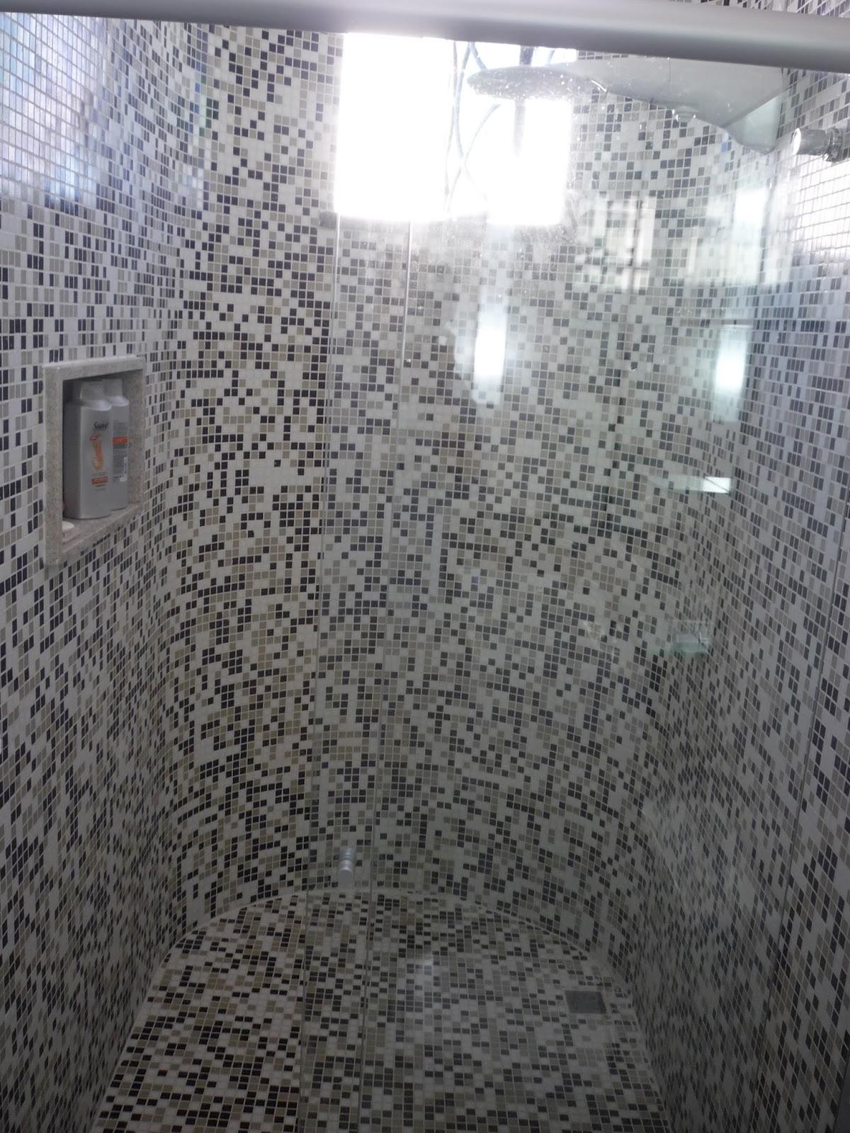 Arquitetura & Interiores: JOGO DE CORES: PRETO   CINZA   BRANCO #5C666F 1200x1600 Banheiro Cinza Com Pastilhas