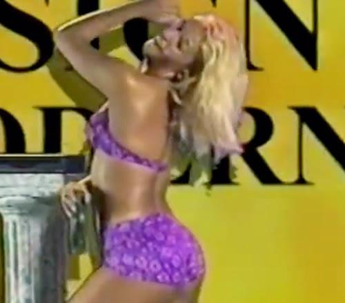 Propaganda com a dançarina Carla Perez em 1997 para vender decodificadores de TV.