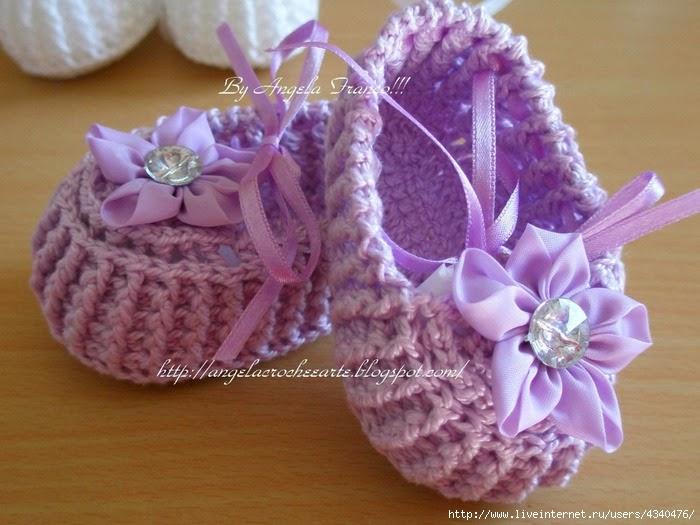 Patrones de escarpines crochet con aplique de flor y cuenta