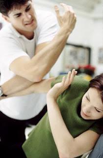 اسباب استمرار المرأة في علاقة مع رجل يسيء معاملتها  - man-hit-abuse-woman