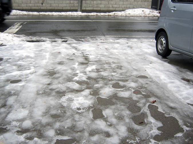 凍った駐車場
