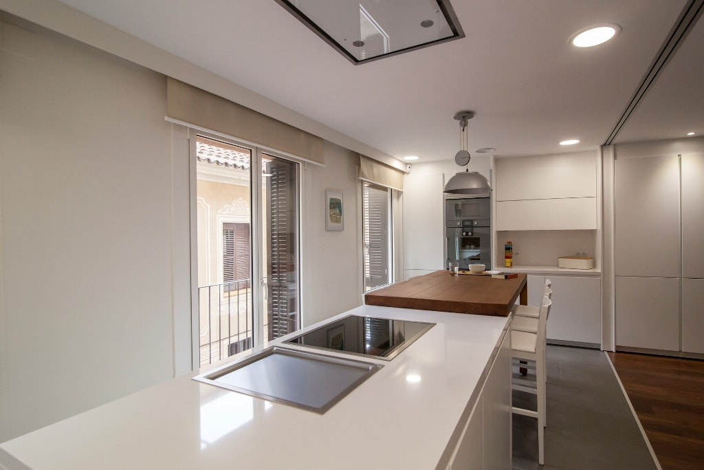 Mesas de madera: un complemento ideal para las cocinas blancas ...