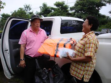 รับมอบเสื้อชูชีพช่วยเหลือผู้ประสบภัยจากชมรมอสม.อ.เมืองจำนวน 10 ชุด