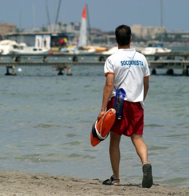 Jobeeper tu ayuda para encontrar trabajo trabajar en verano - Socorrista de piscina ...