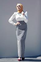 красивая девушка в хиджабе и длиной юбке с белой рубашкой