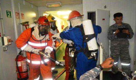 Latihan kebakaran di KRI Frans Kaisiepo-368