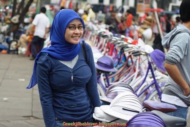 Foto Cewek Jilbab Modis Pamer Buah Dada Gede Bulet