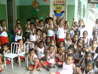 Crianças assistindo o teatro dos professores