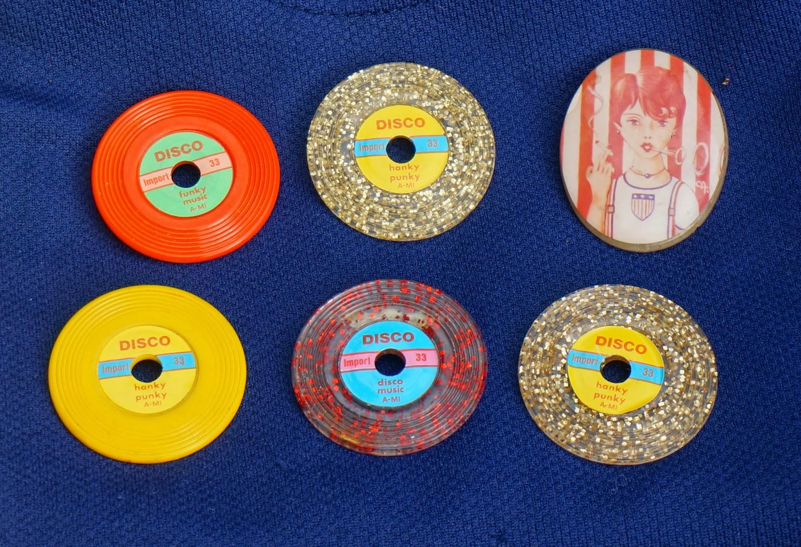 """du tissu 50s     un réveil 70s     deux tops 60s    vinyl record brooch  des magazines Elle de 1960     un sac bleu marine effet """"brogue""""     une robe avec surpiqures (mon vice ! )       des broches vintage """"disque vinyl"""" et """"Sarah Moon vs 1979""""     une balance Terraillon ...j'avais cassé la mienne et en avais justement besoin pour mon atelier """"résine""""  vintage mod annees 60 70 50 1950 1960 1970 pop kitsch twiggy atomic space age clock tee dress fabric mags bag handbag"""