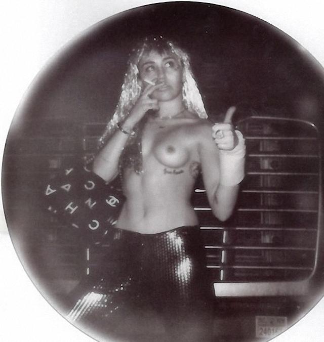 Nuevas Imágenes de Miley Cyrus en topless para V Magazine