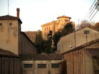La fàbrica de Cal Pons amb la xemeneia i la Torre Nova al seu darrere