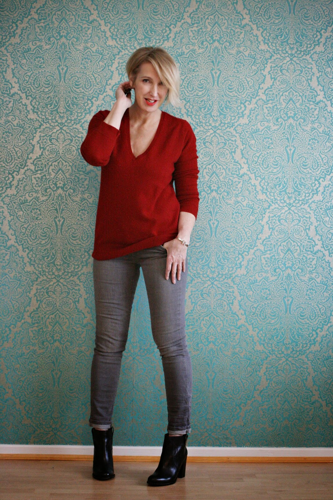Roter Kaschmir-Pullover auf grauer Jeans