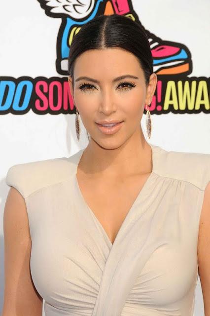 Kim Kardashian – 2011 VH1 Do Something Awards