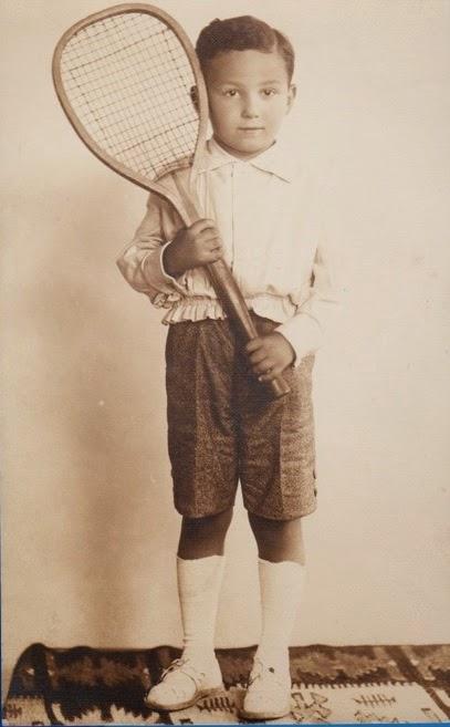 Copil cu racheta de tenis