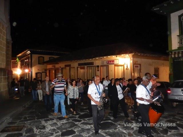 Músicos em seresta percorrendo as ruas da cidade de Diamantina