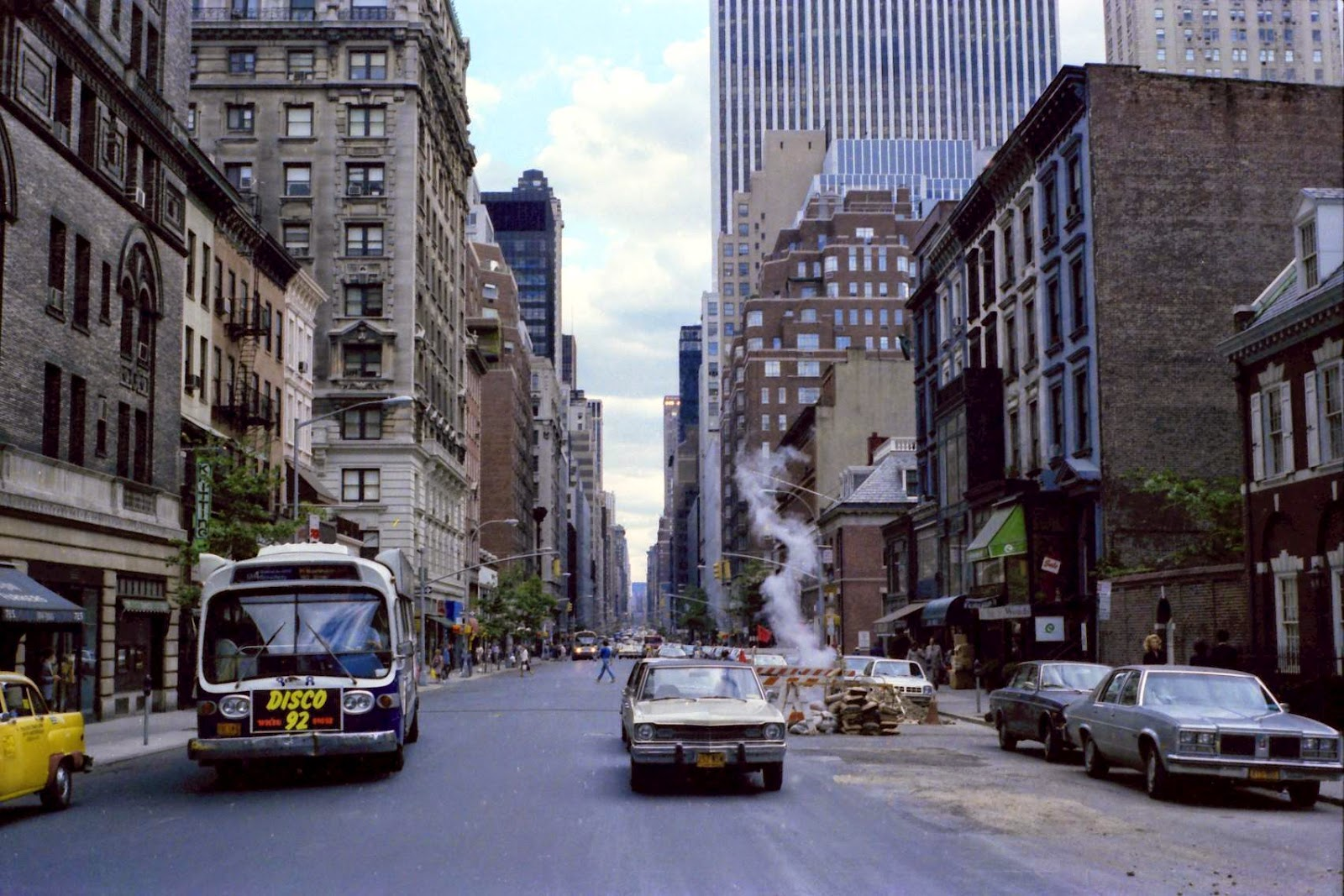 50 amazing color photographs capture street scenes of new york city in the 1970s vintage everyday. Black Bedroom Furniture Sets. Home Design Ideas