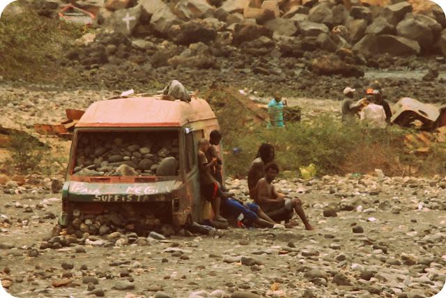 Surfistas na cidade da Praia, em Cabo Verde