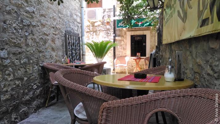 Кафе в проулке Старого города, Будва, Черногория