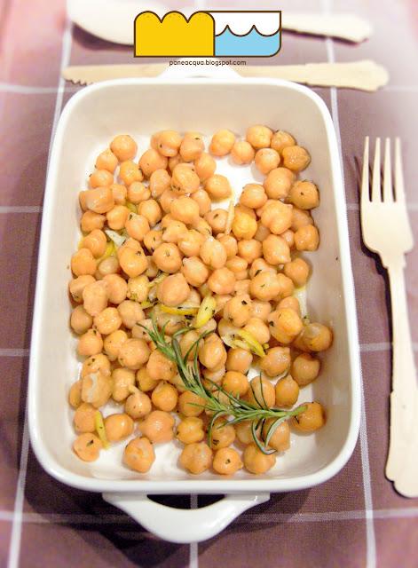 ceci al profumo di aglio, limone e rosmarino