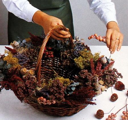 Decoracion con flores secas canasta floral for Decoracion con pinas secas