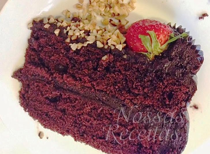 Receita de bolo de chocolate recheado com ganache ao rum