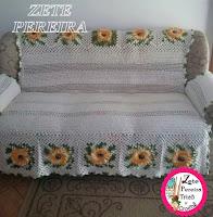 Capa para sofá em crochê com flor do campo feita atravéz do vídeo do Marcelo Nunes em fio barroco e barbante em cru