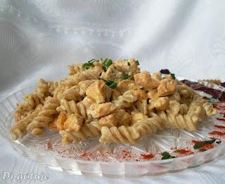 Kurczak z makaronem orkiszowym w sosie serowo-chrzanowym