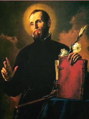 El santo con sotana el libro de la regla y azucenas en la mano y bendiciendo