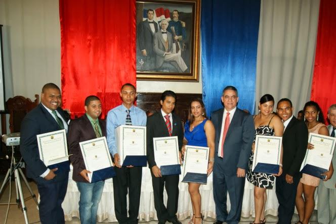 Ayuntamiento reconoce jóvenes destacados en SFM