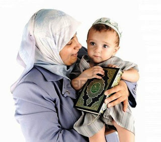 Gambar Anak Muslim dan Ibunya Pegang Alqur'an